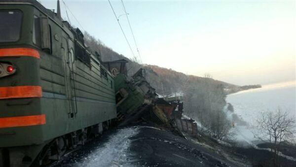 Товарный поезд сошел в рельсов в Иркутской области