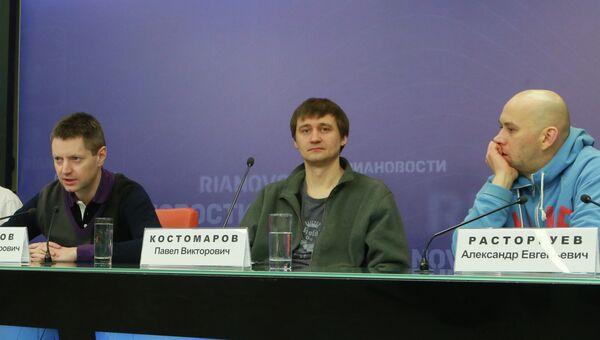 Режиссеры Павел Костомаров, Александр Расторгуев и журналист Алексей Пивоваров на пресс-конференции в РИА Новости
