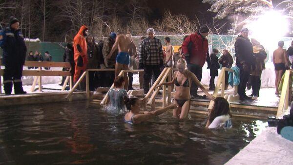 Москвички плавали и в майках ныряли в ледяную прорубь на Крещение