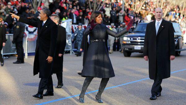 Барак и Мишель Обама приветствуют зрителей инаугурационного парада в Вашингтоне