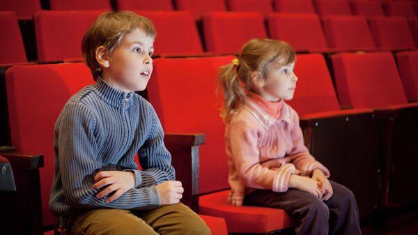 Дети смотрят фильм в кинотеатре. Архивное фото