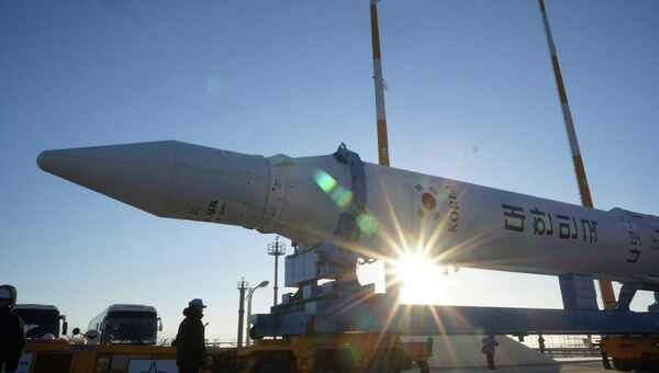 Южнокорейская ракета KSLV-1 или Naro-1 на стартовой площадке