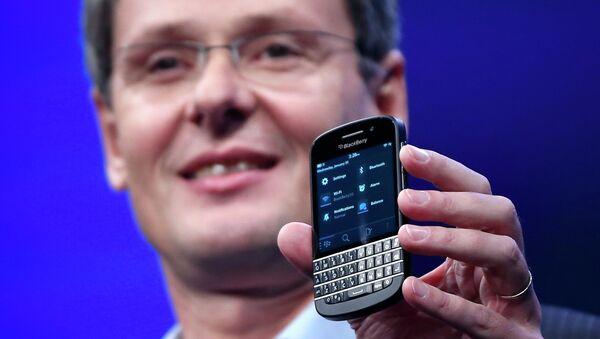 Гендиректор RIM Торстен Хейнс демонстирует смартфон на базе системы BlackBerry 10