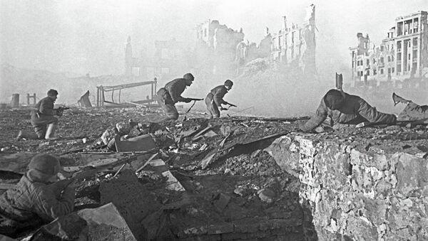 Советские солдаты штурмуют здание в Сталинграде