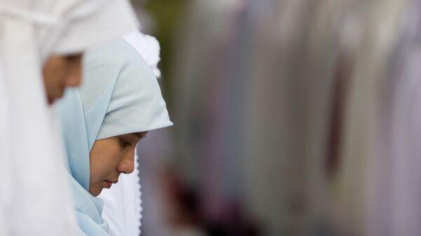 Юные мусульманки во время молитвы. Архивное фото