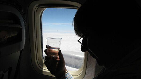 Распитие алкогольных напитков на борту самолета