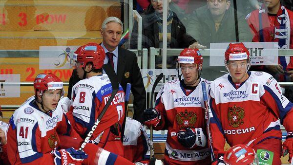 Хоккеисты сборной России и Зинэтула Билялетдинов (в центре)