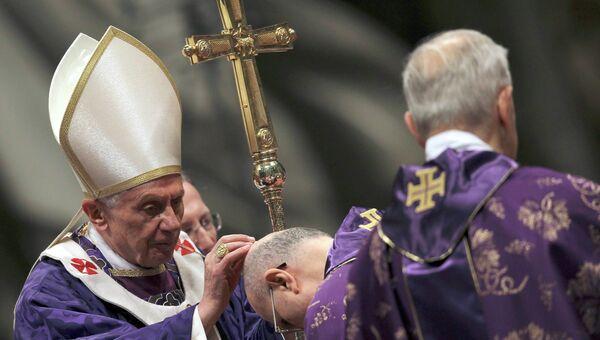 Папа Римский Бенедикт XVI на богослужении в Пепельную среду
