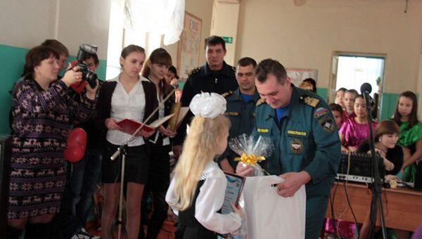 Сотрудники МЧС вручили благодарственное письмо и памятные подарки первокласснице Кате Мичуровой