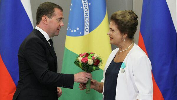 Дмитрий Медведев вручает медаль Пушкина Галине Шевчук