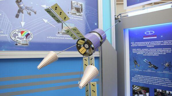 Макет космического аппарата Гонец-Д1 на выставке Космос — выборы — связь в здании ЦИК РФ