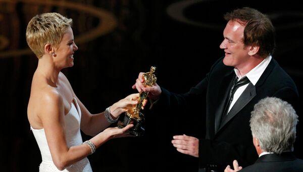 Шарлиз Терон вручает премию Оскар Квентину Тарантино за фильм Джанго освобождённый