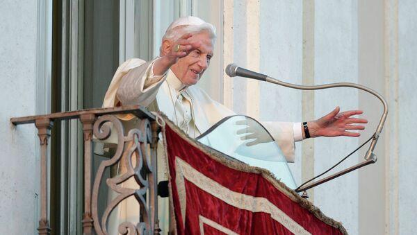 Папа Римский Бенедикт XVI прощается с верующими