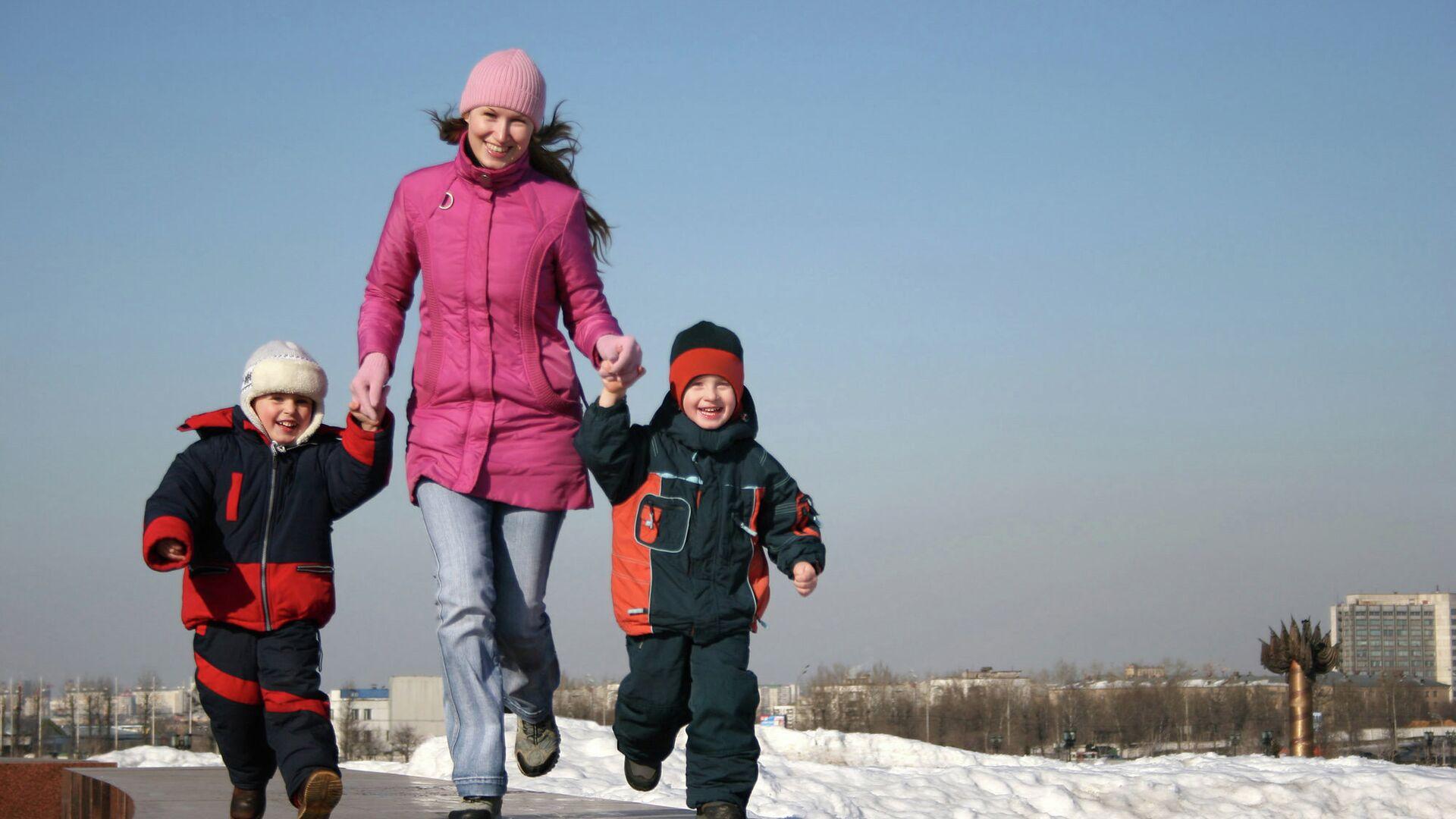 Мама гуляет с детьми - РИА Новости, 1920, 18.02.2021