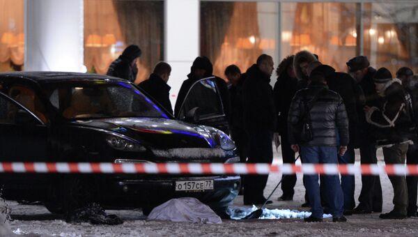 Сотрудники правоохранительных органов работают на месте убийства неизвестного мужчины на Мичуринском проспекте в Москве