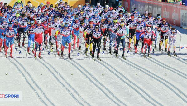 Лыжники на старте гонки. Архивное фото