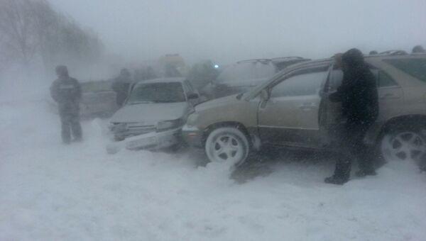 Снегопад в Новосибирской области парализовал движение на трассах