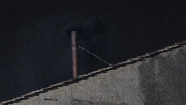Черный дым из печной трубы над Сикстинской капеллой в Ватикане.