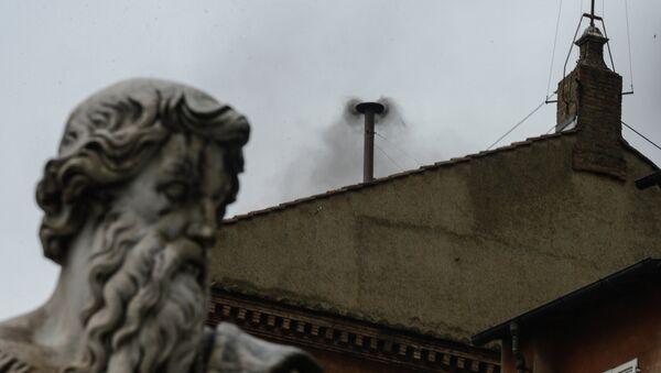Черный дым из трубы на крыше Сикстинской капеллы в Ватикане