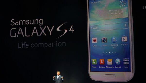 Президент и глава подразделения Samsung Mobile Дж. К. Шин представляет модель смартфона Samsung Galaxy S4