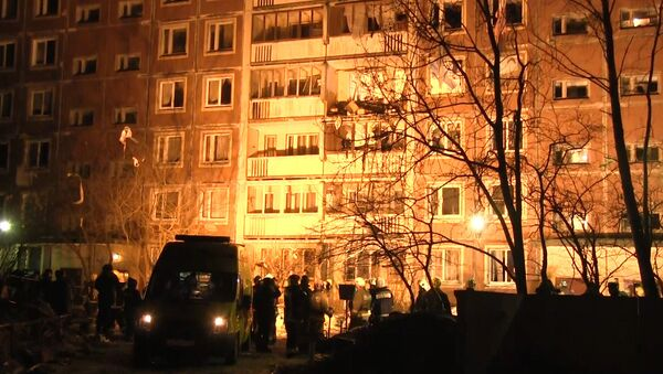 Спасатели выкидывали обломки с балкона дома в Петербурге после взрыва газа