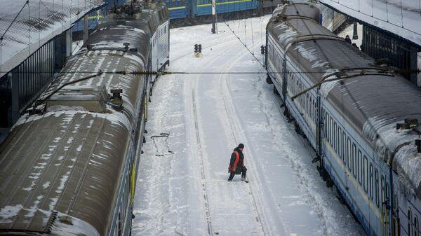 Работник железнодорожного транспорта на вокзале Киева