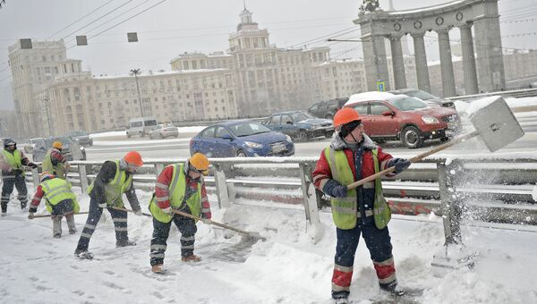 Уборка снега в Москве. Архивное фото