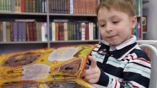 Ребенок в читальном зале