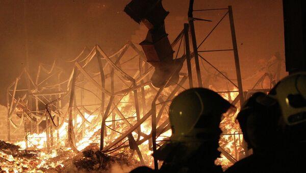 Сотрудники пожарной охраны МЧС России работают на месте пожара