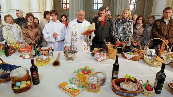 Освящение пасхальных куличей в Соборе Непорочного Зачатия Пресвятой Девы Марии. Архив