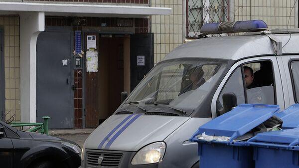 Полиция работает на месте взрыва гранаты в жилом доме в Петербурге