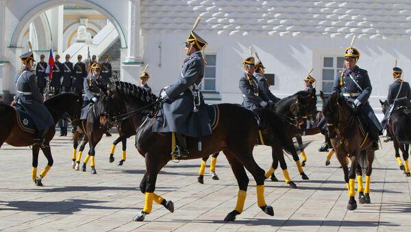 Церемония развода пеших и конных караулов Президентского полка. Архив