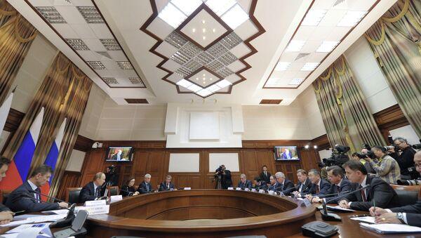Владимир Путин (третий слева) проводит совещание по вопросам переселения граждан из аварийного жилищного фонда
