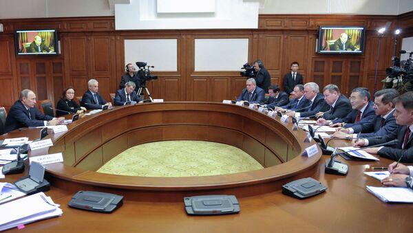 Владимир Путин (слева) проводит совещание по вопросам переселения граждан из аварийного жилищного фонда