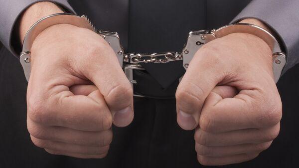 Мужчина в наручниках. Архив