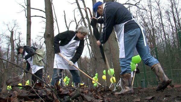 Участники медиасубботника убирали мусор в Нескучном саду под музыку и стихи