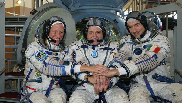 Космонавты Карен Найберг (НАСА, США), Фёдор Юрчихин (Роскосмос, Россия), Лука Пармитано (ЕКА, Италия) (слева направо) перед началом тренировки, архивное фото