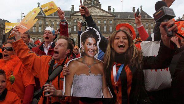Жители собрались перед Королевским дворцом в центре Амстердама