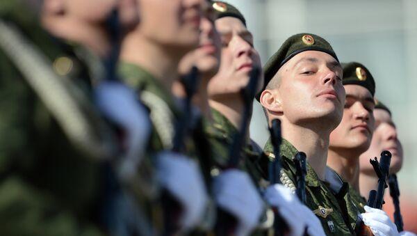 Войска сибирского гарнизона на площади Ленина на военном параде в Новосибирске