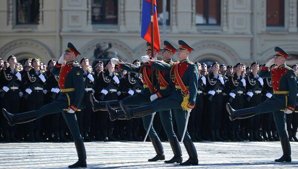 Военнослужащие отдельного комендантского Преображенского полка выносят государственный флаг РФ во время парада. Архивное фото