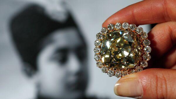 Желтый бриллиант в 74,53 карата ранее принадлежал последнему представителю династии Каджаров, султану Персии Ахмад-шаху