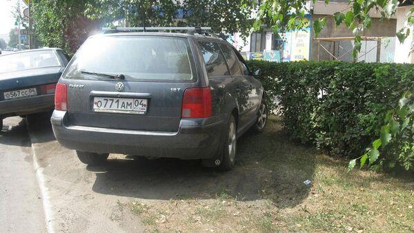 Парковка транспортных средств на газонах в Горно-Алтайске