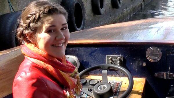 Дина Гарипова встала за штурвал трамвайчика во время прогулки по реке