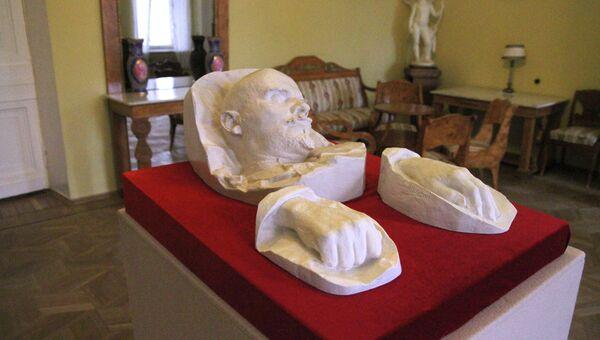 Выставка посмертных масок - маска В. И. Ленина