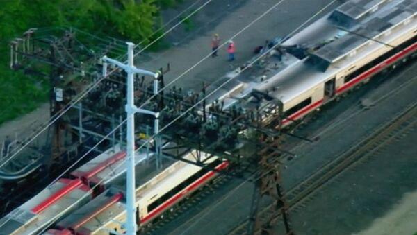 Пассажирские поезда в час пик столкнулись и смялись из-за аварии