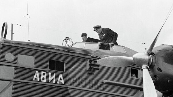 Герой Советского Союза, летчик Михаил Водопьянов перед полетом в Арктику, архивное фото