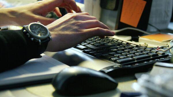 Работа за компьютером. Архивное фото.