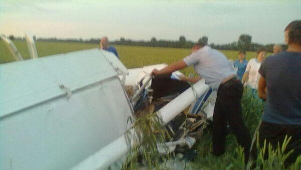 Спасатели осматривают легкомоторный самолет, рухнувший на Кубани