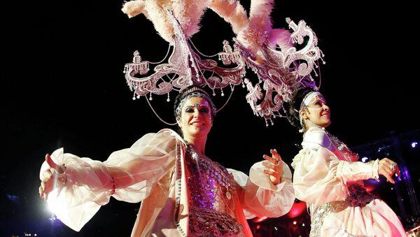Танцоры выступают на открытии благотворительного бала Life Ball в Вене