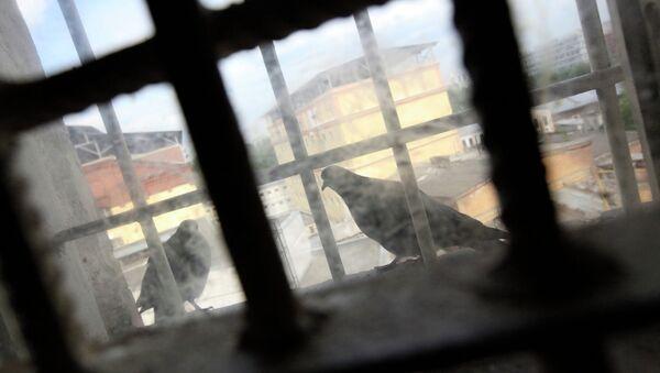 Окно с решеткой. Архивное фото